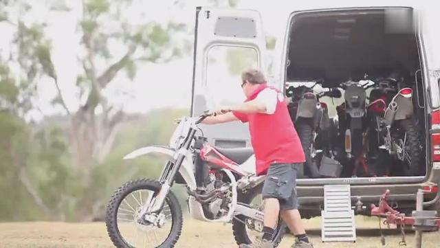 越野迷:实拍新款胡斯瓦纳两冲程越野摩托车赛道试车