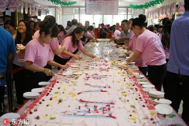 山東濱州一商場店慶抬出十米長大蛋糕 近千人排隊分食場面壯觀
