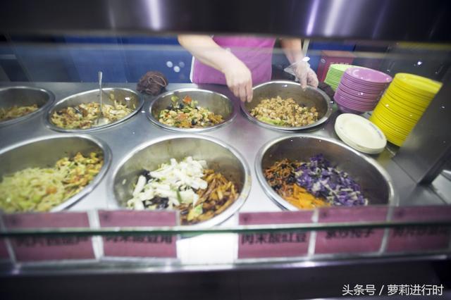这就是北京清华大学的食堂,无意间拍到这一幕,素养真是装不...