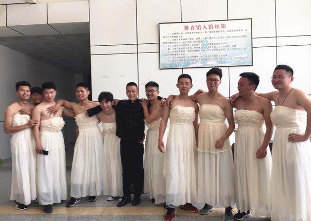 男生反串化妆穿婚纱