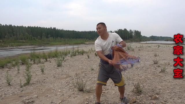 手抛网撒网江河抓鱼,打3次水里直接报废,损失人民币90元钱。