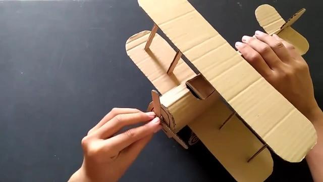 手工纸板教程,用这个方法制作玩具飞机,简单又飞的远!_东方头条