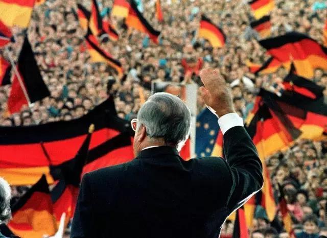 国前总统比尔·克林顿在德国前总理赫尔穆特·科尔... _新浪视频