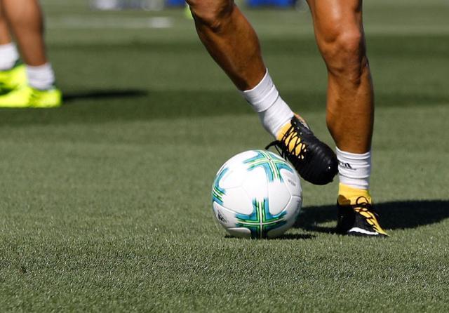 黑白鸳鸯足球鞋