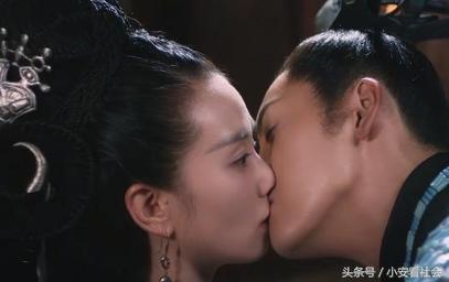 《醉玲珑》陈伟霆扑倒刘诗诗激吻看的网友脸红心跳_手机搜狐网