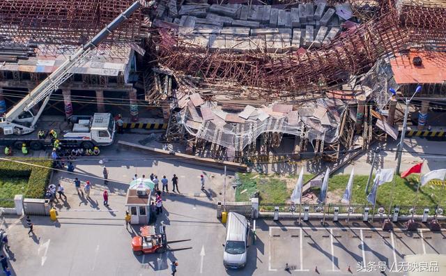 突发:武汉光谷一高架桥脚手架坍塌 有车辆被压