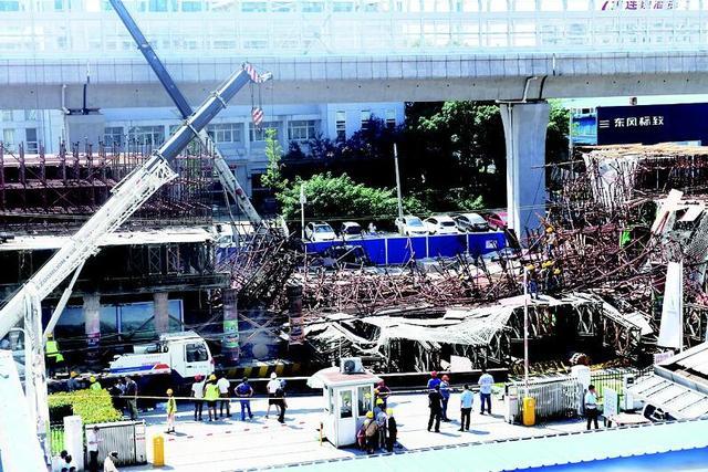 光谷一高架桥脚手架发生坍塌 路过面包车被砸中1死5伤
