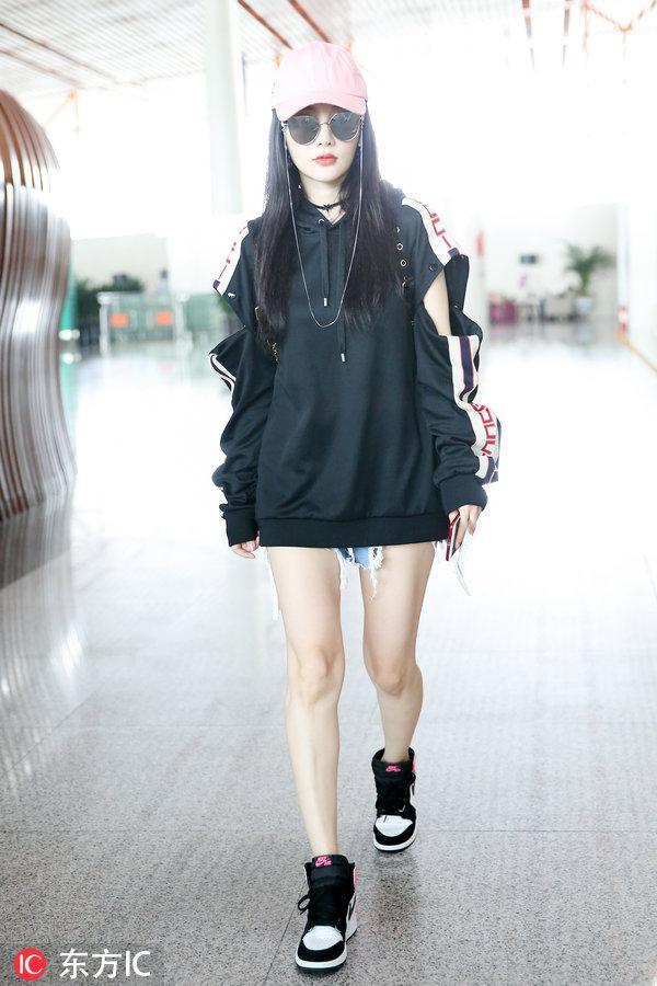 38岁李小璐机场秀美腿,又细又直白到发光,网友:好像20岁小姑娘