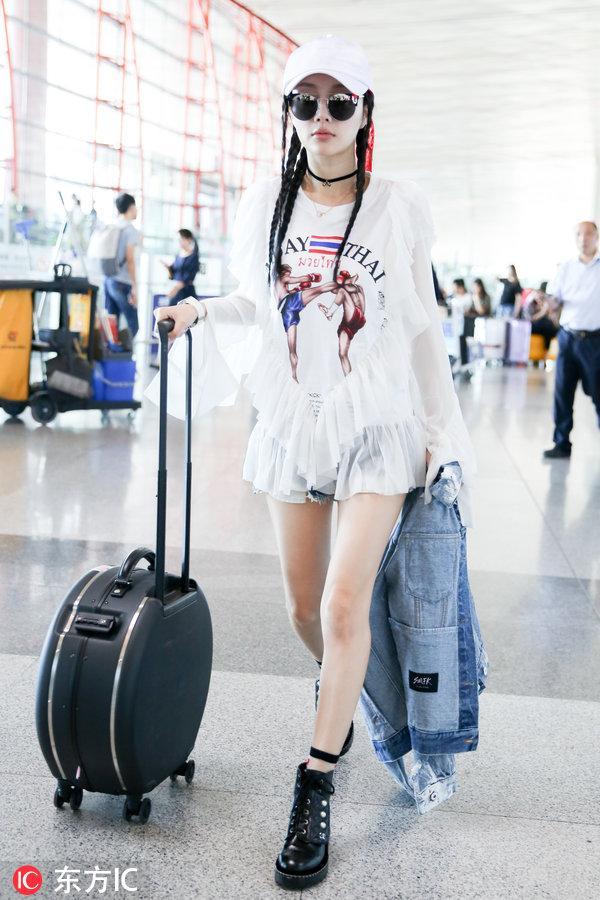 李小璐的魅力有多大?看她双腿并拢的腿缝,网友:... _手机搜狐网