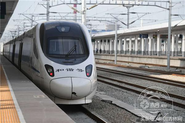 长白乌快速铁路正式开通运行