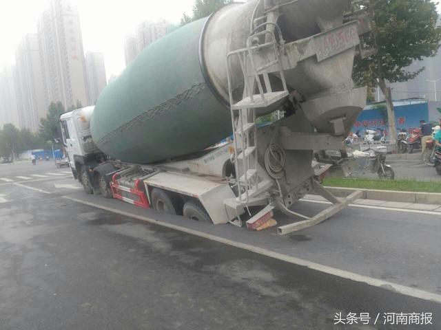 郑州一轿车与水泥罐车发生事故 轿车失控撞人致6伤