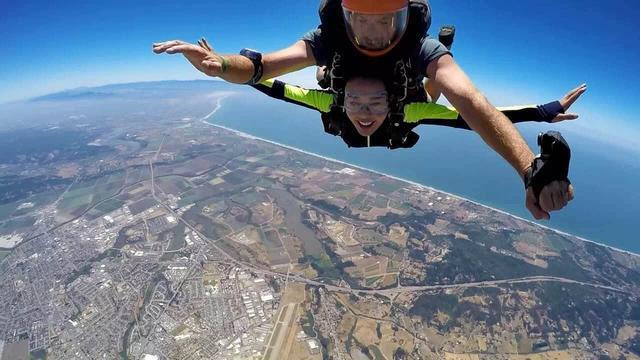63岁刘晓庆玩高空跳伞,4572米高空降落, 网友直呼刘大胆_东方新闻