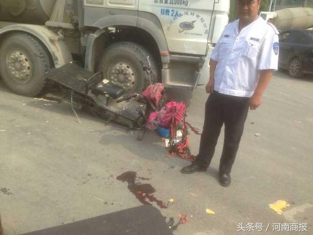 """郑州莲花街一水泥罐车""""压塌""""路面 幸无人受伤"""