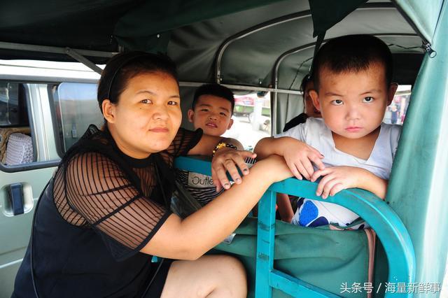 暑假将结束 孩子们踏上回老家上学的征程 妈妈眼里噙满了泪