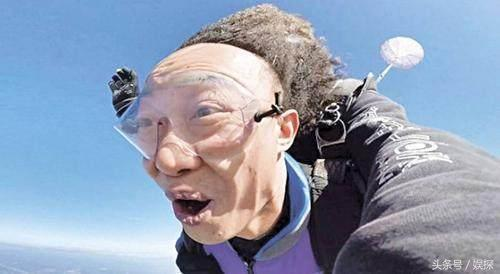 高空跳伞会被吹到脸变形 62岁刘晓庆表情挺正常的啊