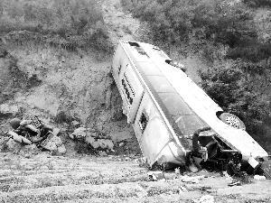 陕西大巴坠入山沟 35人遇难