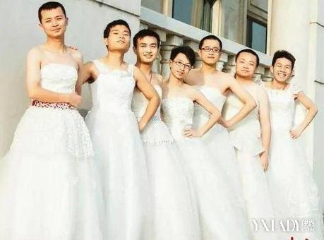 女孩穿婚纱向男生求婚