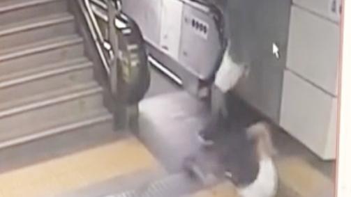 深圳地铁发生意外 乘客跌入集水井_手机搜狐网