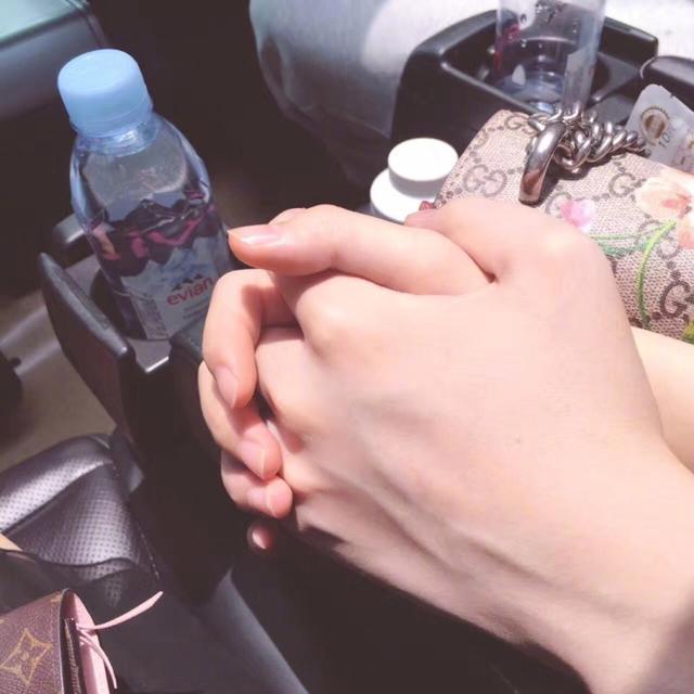 LOL解说小漠恋情终公开:牵手慕诗琪,网友质疑:左手握右手吧