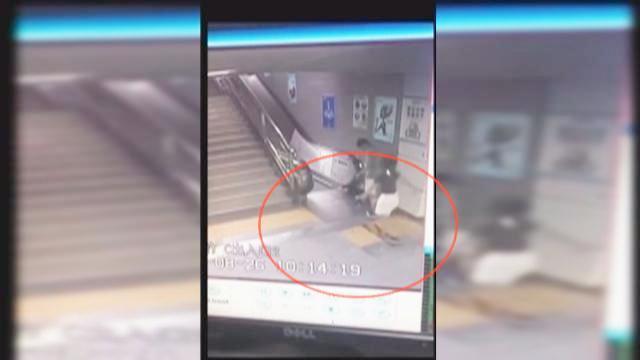 """实拍深圳地铁集水井""""吞人""""一幕 女乘客跌入瞬间小伙一把拉住"""