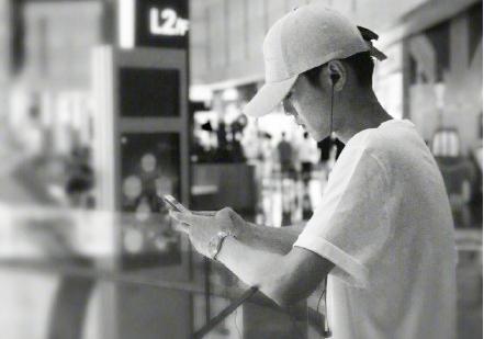粉丝模仿鹿晗,偶遇本尊被主动搭讪,偶像剧都不敢这么写!