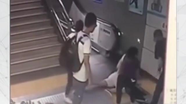 地铁电梯口惊魂,女乘客跌入集水井_品略
