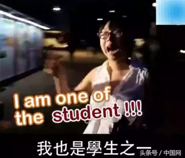 """港大学生""""港独""""海报被内地大学生撕碎之后遭港大学生围攻, ..."""