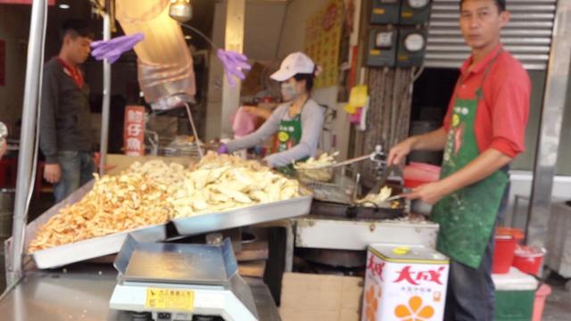 台湾路边的油炸小吃,连当地人都觉得贵,你还想尝尝吗