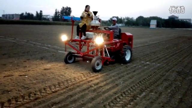 播种小麦时,聪明的农户都站在播种机上,这是为什么?