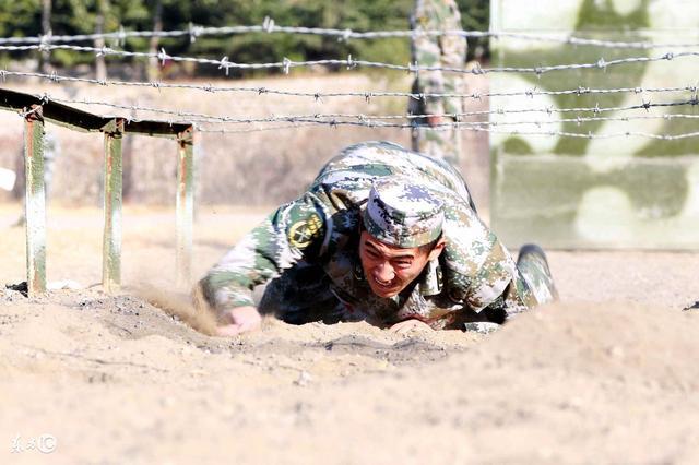 夏天体能训练军人