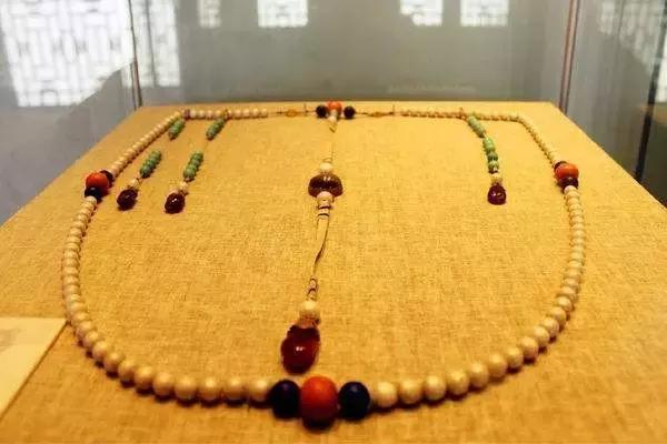 天价宝物东珠朝珠,每颗30万,共108颗