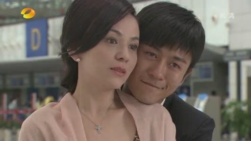 赵小侨甜牵15岁帅儿像情侣!「拥抱+亲脸颊」母子超亲密