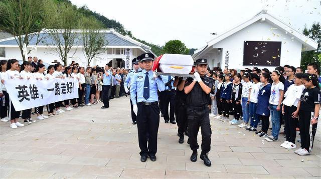 这一次杨强违背群众的意愿,仅30岁,向英雄致敬!_东方头条