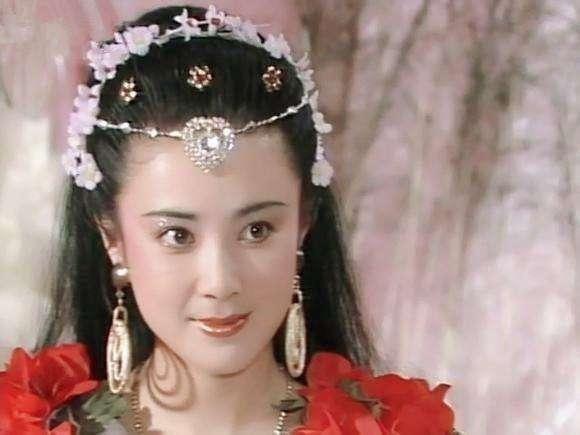 """年轻女子被壮汉带进密室,明明说是""""审讯"""",却脱她衣服!"""