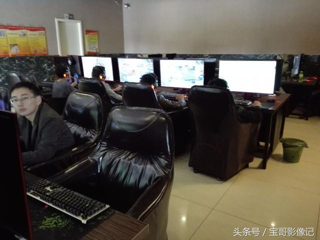好多年都没进过网吧,如今网吧叫网咖了,沙发座椅电竞游戏好玩吗