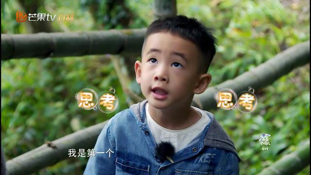 陈小春对待小小春和小泡芙的强烈的对比,女儿是宝,儿子是草?