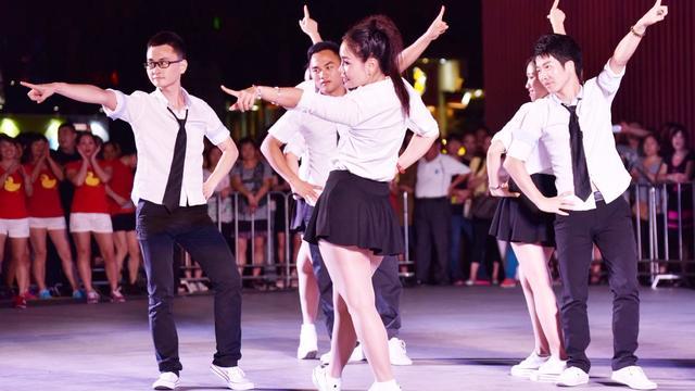 青青世界白裤广场舞