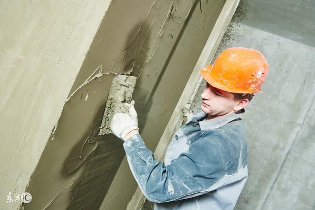 泥瓦工抹灰人人都会,墙面抹平是技术活,看看老师傅是怎样抹灰的