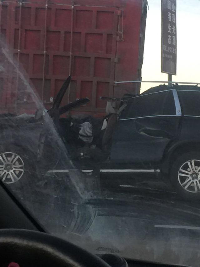 张北发生惨烈车祸 三车相撞 轿车司机当场身亡_大燕网... _腾讯网