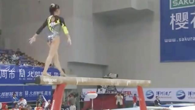 西班牙小姑娘平衡木玩的真好,一点晃动也没有非常完美