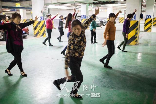 农村大妈跳广场舞图片
