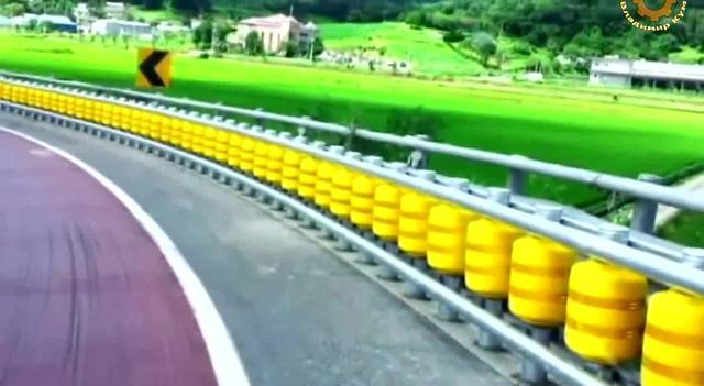 新型高速公路防撞护栏,大卡车也撞不烂,值得推广