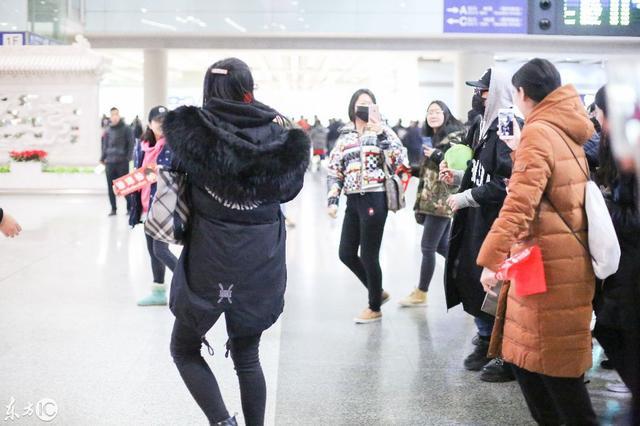 潘玮柏现身北京机场、全副武装、潮范儿十足