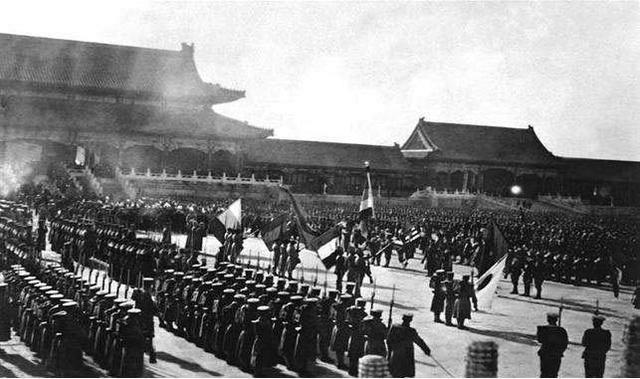直击八国联军侵华时的真实镜头,列强在紫禁城搞胜利阅兵