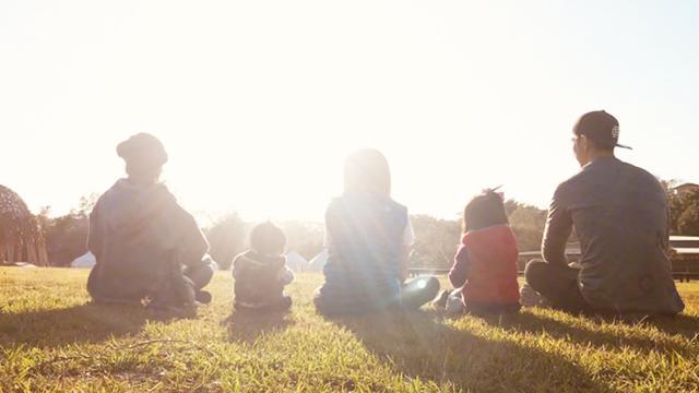 贾静雯晒温馨全家福 母女四人同框拍写真_手机网易网