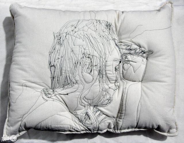 艺术家卖刺绣枕头,一个枕头一万美元