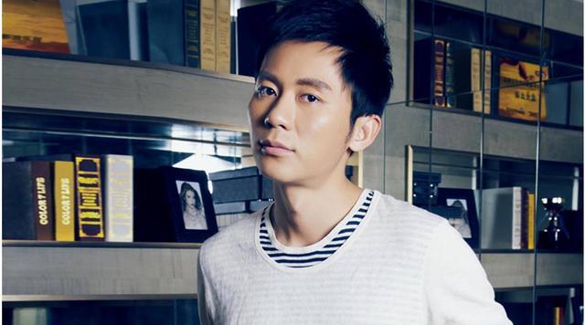 """李晨和Baby唱""""神曲"""",有谁注意到他的眉毛?网友:得罪化妆师了"""