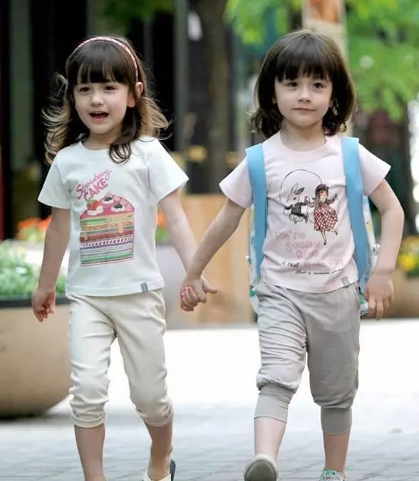 这对混血双胞胎,长相一样,肤色却是一黑一白,萌萌哒很可爱