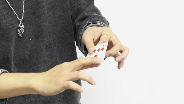 回旋飞牌魔术教程,原来这么简单,泡妞必学小魔术!