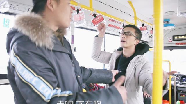 实拍青岛男子公交车上耍性子 拉开车窗纵身跳出